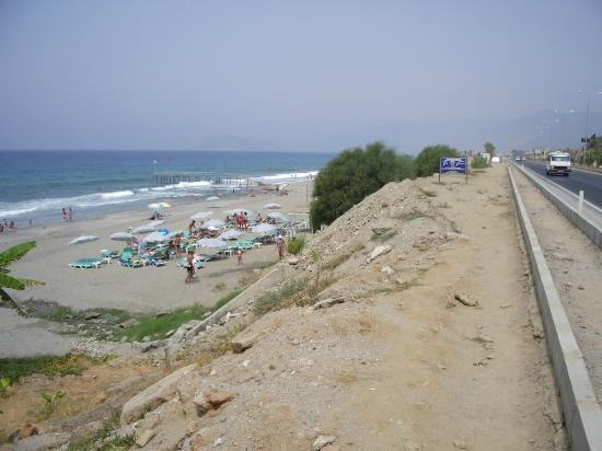 Bariscan Hotel Alanya: to the beach passing the highway
