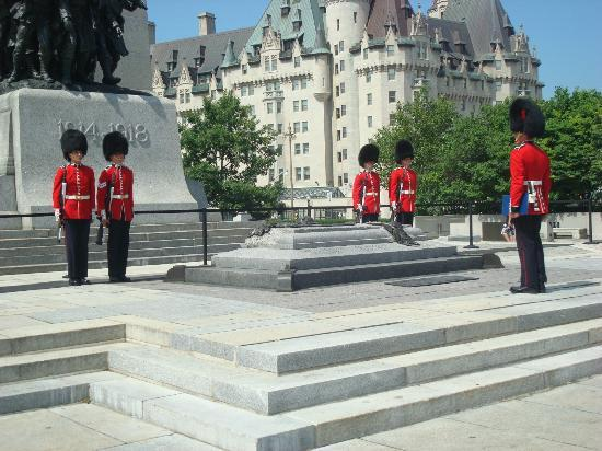 Changing of the Guard: Troca de Guarda no Monumento