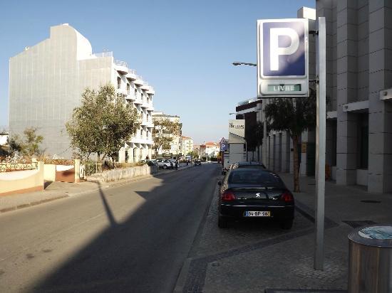 Rosa Mistica : Vista da rua na frente do hotel.