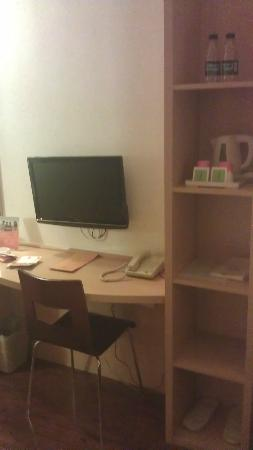 Ibis Beijing Dongdaqiao: Writing Desk and TV