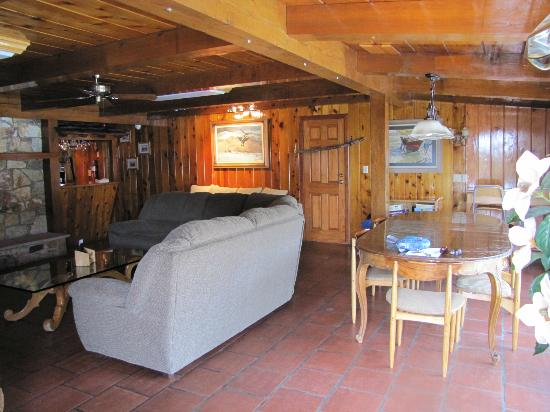 The Kern Lodge: Living area