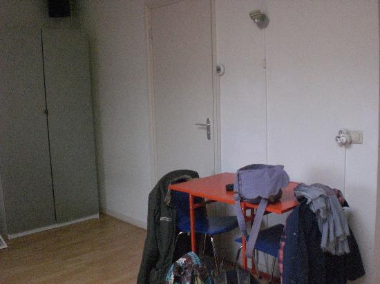 Bij-de-Amstel : Petite table d'appoint pour prendre les repas avec la porte de la salle de bain.