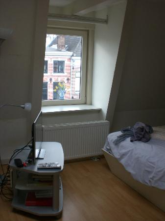 Bij-de-Amstel: La fenêtre de la pièce principale avec la télé au bout du lit.