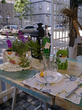 Bazilik Cafe: When sitting outside you face the street