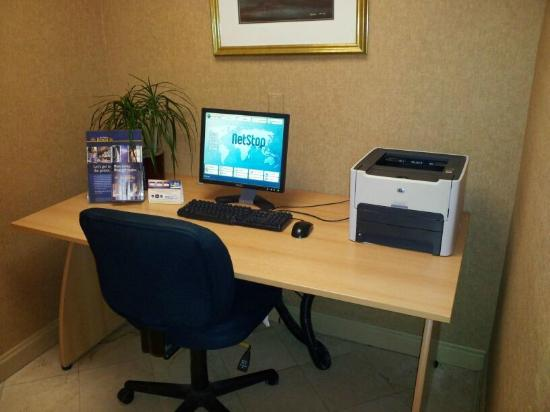 Wyndham Garden Jacksonville : computer and printer in lobby