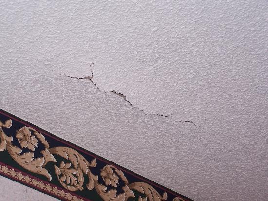 Lebanon, TN: Cracked ceiling plaster