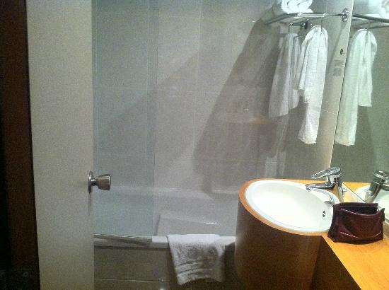 Inntel Hotels Rotterdam Centre: Links die Toilette, die ziemlich nah an der Trennscheibe ist.