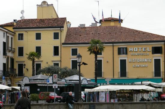 Hotel Donatello : Hotel visto dal piazzale della Basilica
