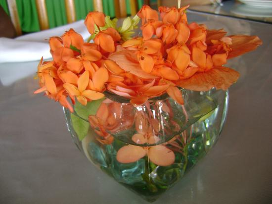 Salybia, Trinidad: Fresh flowers on dining table