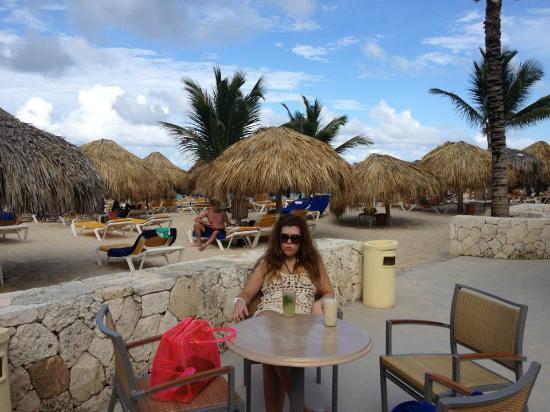 Iberostar Dominicana Hotel: tomando algo en el churinguito de la playa
