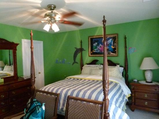 Southern Grace Bed and Breakfast: The room over looking the pool - bed was amazing!