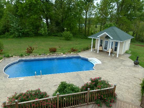 Southern Grace Bed and Breakfast: Pool in the back