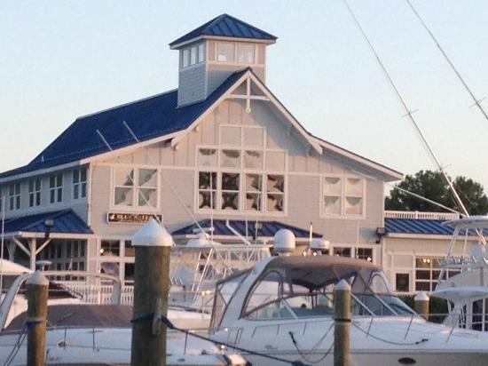 Surf Rider Restaurant: View of the restaurant from the furthest pier of the Marina