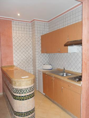 Ryad Mogador Menzah: Keukenkasten plakten en hingen allemaal scheef, keukengerief was niet proper gewassen.