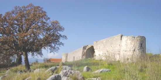 Mavrovouni Beach: Mavrovouni castle