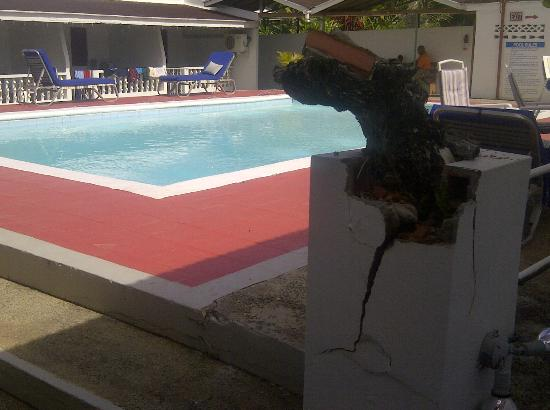 Golden Thistle Hotel: POOL AREA WITH CRACKS
