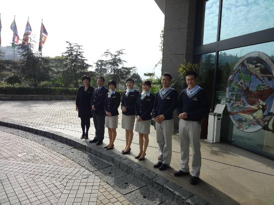 Fleur de Chine Hotel Sun Moon Lake: The staff was lined up waiting to BOW and wave to us as we departed by car