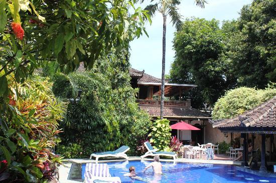 Ari Putri Hotel: View from restaurant at breakfast time