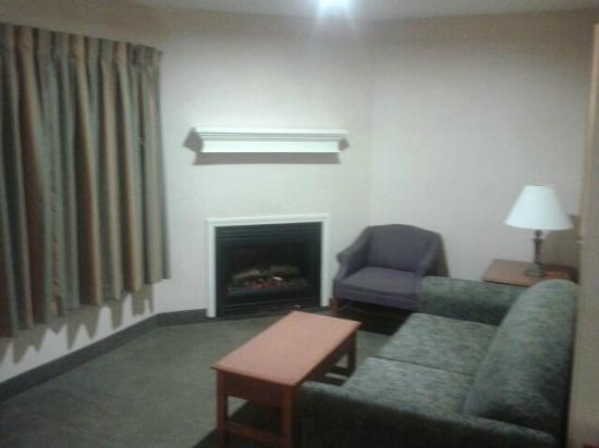 Quality Suites: Fireplace/jacuzzi suite (actually an electric fireplace)