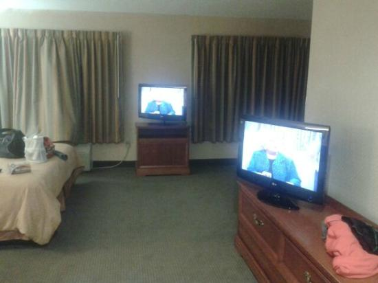 Quality Suites: Jacuzzi suite with 2 TVs