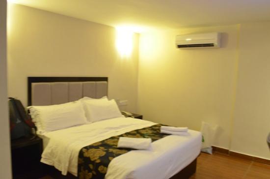 KK Waterfront Hotel : Queen bed + super quiet air conditioner
