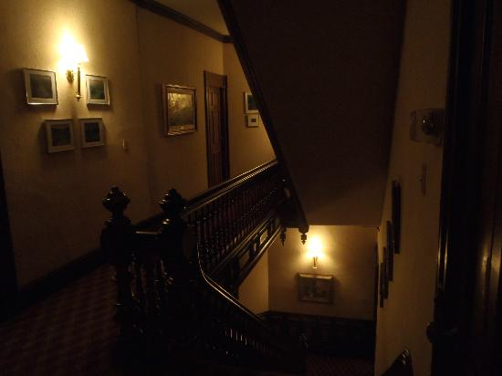 Batcheller Mansion Inn: Hallway directly outside our room on third floor