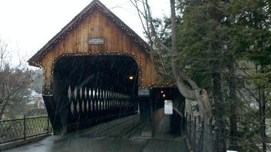 ‪‪Woodstocker Inn‬: Local covered bridge‬