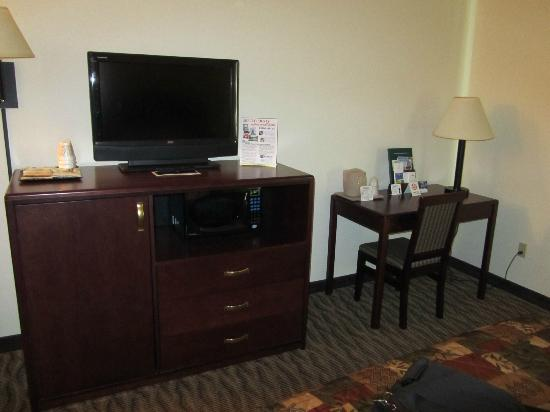 Settle Inn & Suites Harlan: Tv and desk