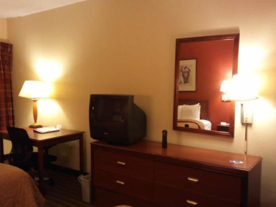 La Quinta Inn & Suites Philadelphia Airport: TV, dresser and desk