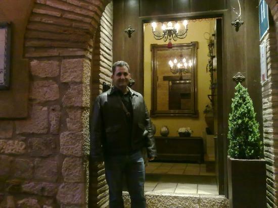 Villa de Alquezar: Entrada de la recepción (hay otra desde el aparcamiento)