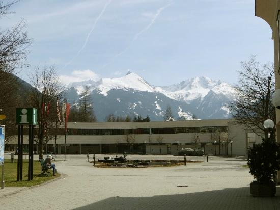 Alpentherme Gastein : Der Vorplatz und das Bergpanorama umrahmen die Alpen Therme