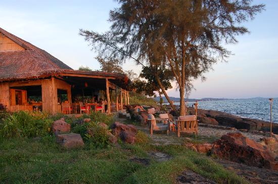 Mango Bay Resort: Restaurant by the sea