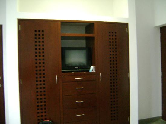 D'Angelos 5ta Avenida Hotel: TV and fridge (behind the right door)