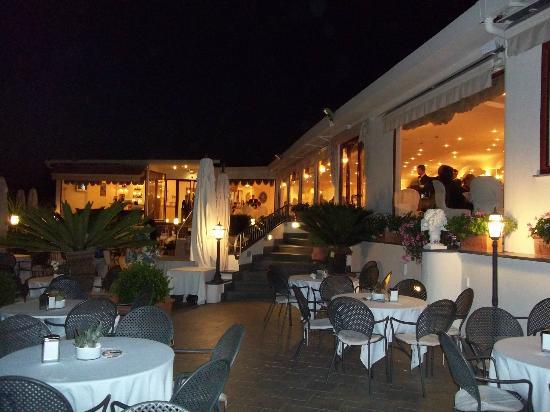Terrazzo per aperitivo con fontana - Bild von Villa Clermont, Vico ...