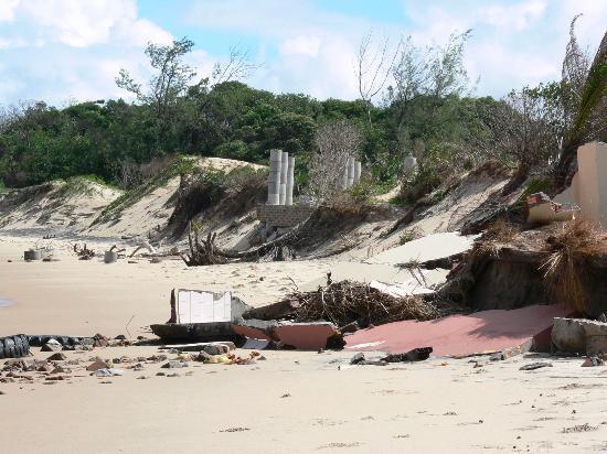 Zongoene Lodge: The remains of the beach bar!