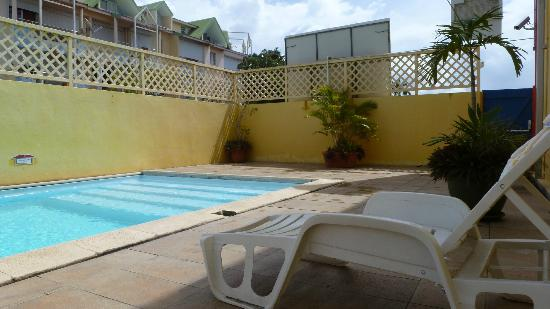 Karaibes Hotel: Vis a vis direct des appartements alentours sur la piscine!