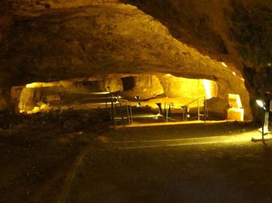 Zedekiah's Cave (Solomon's Quarries) : Ein breiter Weg kanalisiert die Touristenströme