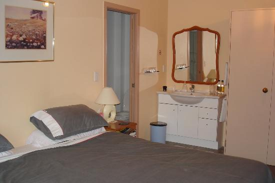 Airport Bed & Breakfast: The delux ensuite room with vanity in the room and a shower/toilet ensuite