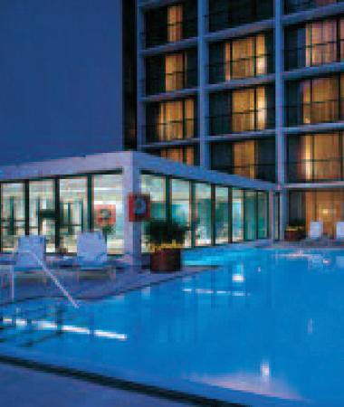 Hyatt Regency Tulsa: Indoor/outdoor pool area and sun deck