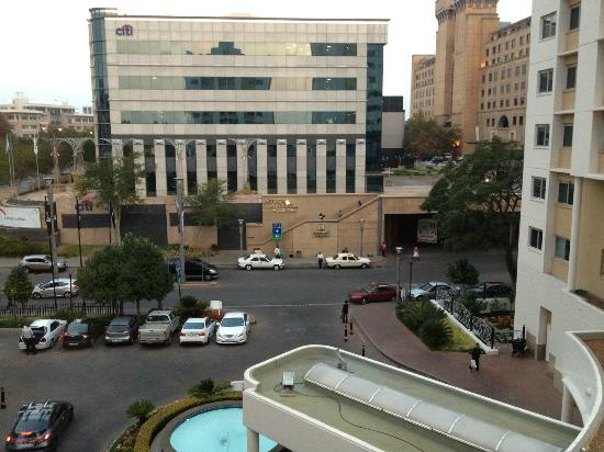 Garden Court Sandton City: Access to the hotel, taxi rank outside and where the