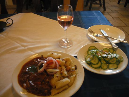Pityer : vadporkolt dodollé et un petit rosé, salade de concombre