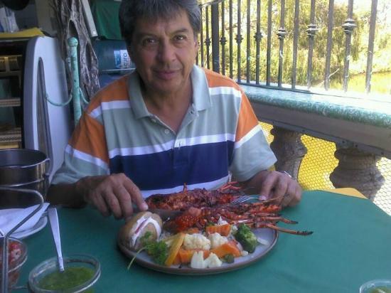 Mariscos Tino´s- La Laguna: mi papá con su mega langosta zarandeada!!