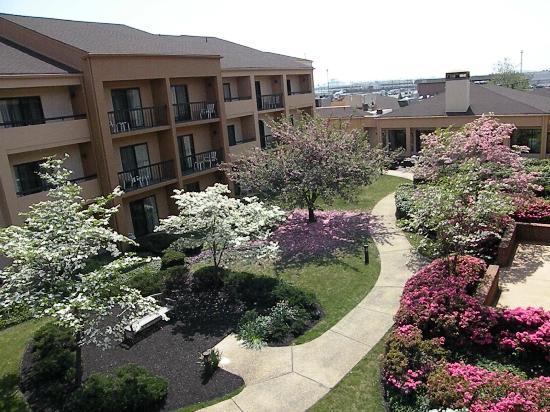 Courtyard Newark Liberty International Airport : Hotel garden