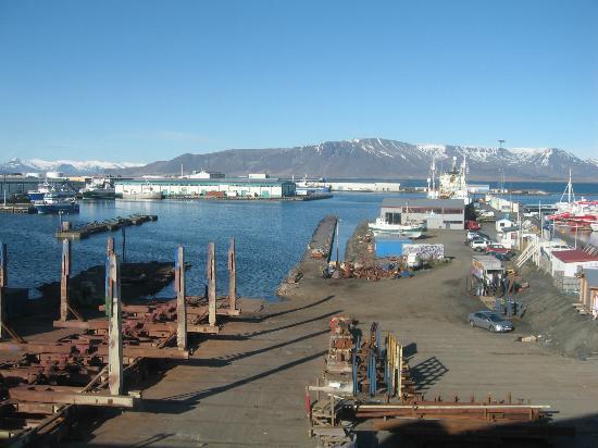 Icelandair Hotel Reykjavik Marina: View of Mount Esja and Reykjavik Marina from our hotel room