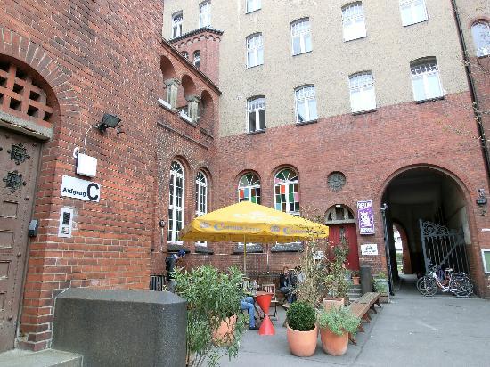 Three Little Pigs Hostel: Vor dem Eingang