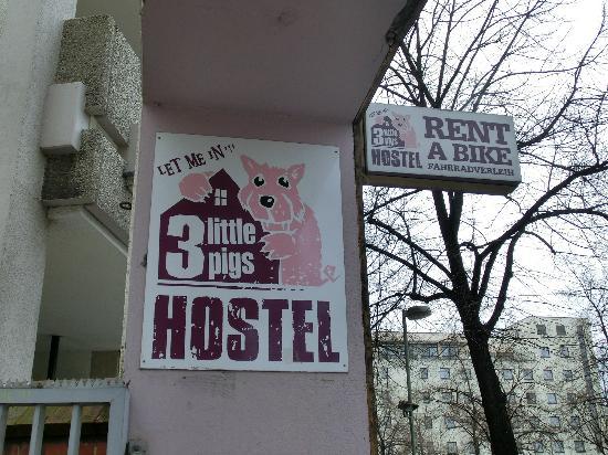 Three Little Pigs Hostel: Schild von der Straße