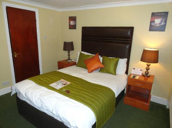 Hare and Hounds Hotel: Inside room