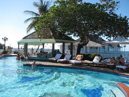 Sandals Halcyon Beach Resort: Main Pool Halcyon Beach Hotel