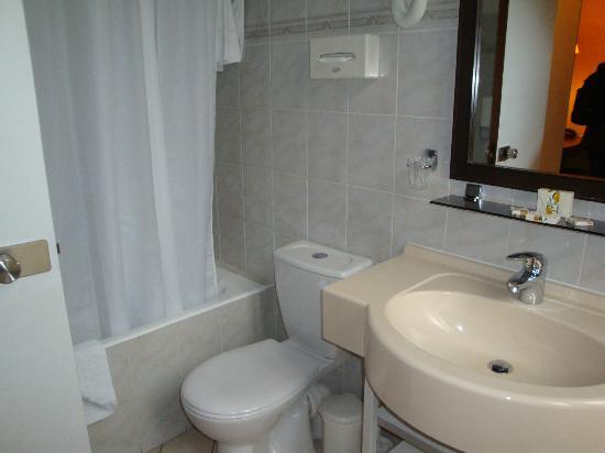Hotel Magellan: Baño espacioso