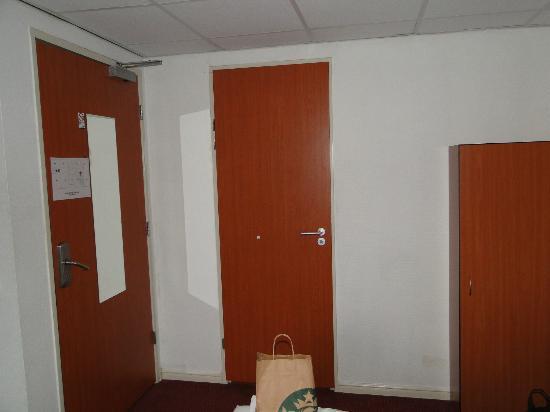 Mozart Hotel: Porta do banheiro
